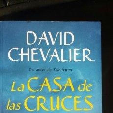 Libros de segunda mano: LA CASA DE LAS CRUCES. DAVID CHEVALIER. BERENICE. 2017. Lote 133906861