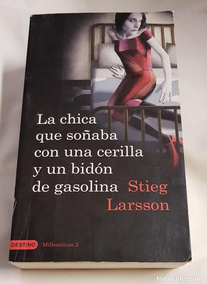 LA CHICA QUE SOÑABA CON UNA CERILLA Y UN BIDÓN DE GASOLINA - STIEG LARSSON - 2009 (Libros de segunda mano (posteriores a 1936) - Literatura - Narrativa - Terror, Misterio y Policíaco)