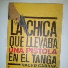 Libros de segunda mano: LA CHICA QUE LLEVABA UNA PISTOLA EN EL TANGA- NACHO CABANA, 2014.. Lote 145777202