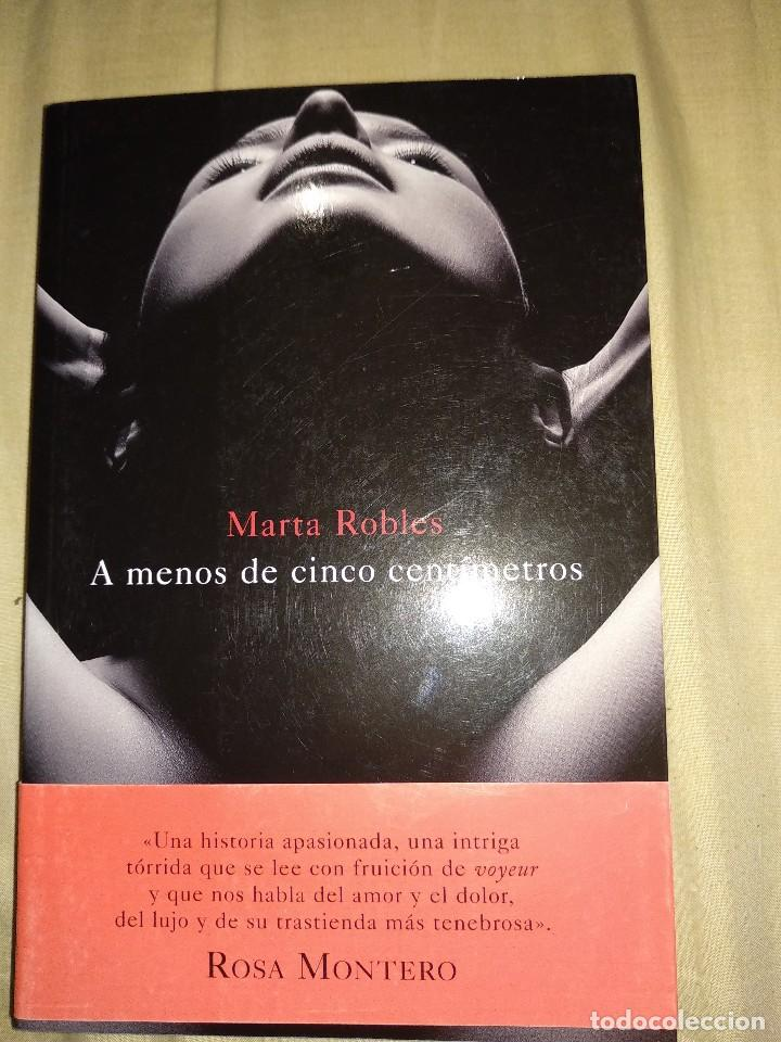 MARTA ROBLES A MENOS DE CINCO CENTIMETROS RESEÑA ROSA MONTERO NUEVO (Libros de segunda mano (posteriores a 1936) - Literatura - Narrativa - Terror, Misterio y Policíaco)