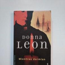 Libros de segunda mano: MIENTRAS DORMÍAN. DONNA LEON. TDK364. Lote 151222874