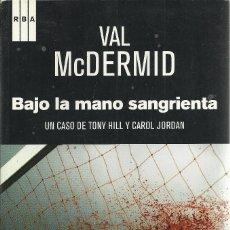 Libros de segunda mano: VAL MCDERMID-BAJO LA MANO SANGRIENTA.RBA.2014.. Lote 155361462