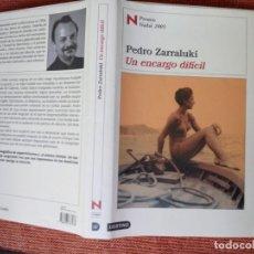 Libros de segunda mano: LIBRO. UN ENCARGO DIFÍCIL, DE PEDRO ZARRALUKI. PREMIO NADAL 2005,- 1ª EDICIÓN 2001 NUEVO SIN USAR.. Lote 155997686