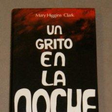 Libros de segunda mano: UN GRITO EN LA NOCHE MARY HIGGINS CLARK . Lote 157229530