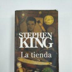 Libros de segunda mano: LA TIENDA. STEPHEN KING. TDK383. Lote 159612494