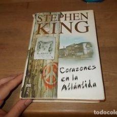 Libros de segunda mano: STEPHEN KING. CORAZONES EN LA ATLÁNTIDA. PLAZA & JANÉS. 1ª EDICIÓN 1999. EXCELENTE EJEMPLAR. FOTOS. . Lote 160073994