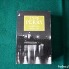 Libros de segunda mano: EL CADÁVER DE TRAITORS GATE - ANNE PERRY - PLAZA Y JANES - DEBOLSILLO - AÑO 2001. Lote 163005734