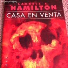 Libros de segunda mano: LAURELL K. HAMILTON: CASA EN VENTA.. Lote 180177958
