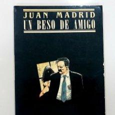 Libros de segunda mano: JUAN MADRID - UN BESO DE AMIGO (PRIMERA EDICIÓN, 1987). Lote 190348265