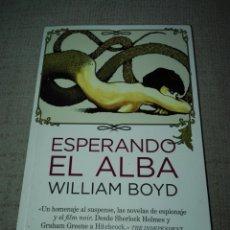 Libros de segunda mano: ESPERANDO EL ALBA. WILLIAM BOYD. DUOMO. NEFELIBATA. 2012. 1 EDICIÓN.. Lote 190638888