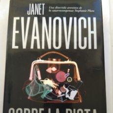 Libros de segunda mano: SOBRE LA PISTA/JANET EVANOVICH. Lote 194645463