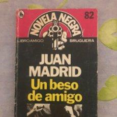 Libros de segunda mano: UN BESO DE AMIGO - JUAN MADRID - EDITORIAL BRUGUERA - 1983 - PRIMERA EDICIÓN. Lote 206559363