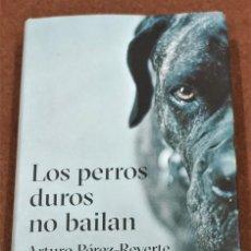 Libros de segunda mano: LOS PERROS DUROS NO BAILAN. ARTURO PÉREZ-REVERTE.. Lote 210403512