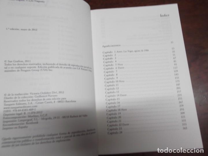 Libros de segunda mano: 2 Libros de Sue Grafton (Kinsey y yo y V de venganza) - Foto 4 - 221280142