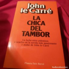 Libros de segunda mano: JOHN LE CARRÉ. LA CHICA DEL TAMBOR. SEIX BARRAL PLANETA. 1983 PRIMERA EDICIÓN.. Lote 236979610