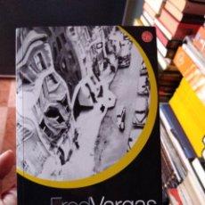 Libros de segunda mano: FRED VARGAS HUYE RÁPIDO VETE LEJOS PUNTO DE LECTURA. Lote 261848045