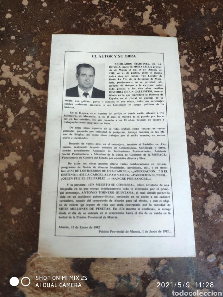 Libros de segunda mano: UN MUERTO SE CONFIESA (ABELARDO MARTÍNEZ DE LA HOYICA) - Foto 2 - 262036020