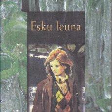 Libros de segunda mano: ESKU LEUNA DE GOTZON GARATE EN EUSKERA. Lote 270645008