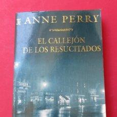 Libros de segunda mano: ´EL CALLEJÓN DE LOS RESUCITADOS´. ANNE PERRY. PLAZA Y JANÉS 1998. 315 PÁGINAS.. Lote 277728073