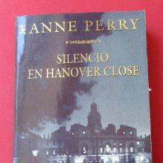 Libros de segunda mano: ´SILENCIO EN HANOVER CLOSE´. ANNE PERRY. PLAZA Y JANÉS 1999. 424 PÁGINAS.. Lote 277728463