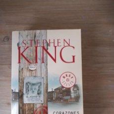 Libros de segunda mano: CORAZONES EN LA ATLÁNTIDA. STEPHEN KING. DEBOLSILLO 2011. Lote 288343098