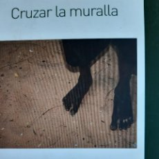 Libros de segunda mano: CRUZAR LA MURALLA JOAQUIN DOLDAN SLOVENTO NOVELA INMIGRACION 1 EDICION 2008. Lote 289936733