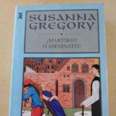Libros de segunda mano: MARTIRIO O ASESINATO? (SUSANNA GREGORY). Lote 294513108