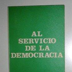 Livros em segunda mão: AL SERVICIO DE LA DEMOCRACIA. POR FERNANDO ALVAREZ DE MIRANDA Y TORRES.. Lote 15208735