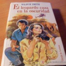 Libros de segunda mano: EL LEOPARDO CAZA EN LA OSCURIDAD ( WILBUR SMITH ) . Lote 12827168