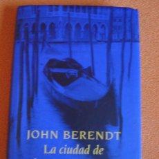 Libros de segunda mano: LA CIUDAD DE LOS ÁNGELES CAÍDOS - JOHN BERENDT. Lote 25692927