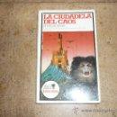 Libros de segunda mano: LIBRO ALTEA JUNIOR LA CIUDADELA DEL CAOS BLANCO SERIE ENIGMAS MUY RARO 1ª EDIC 1983. Lote 33110556