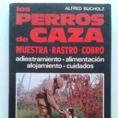 Libros de segunda mano: LOS PERROS DE CAZA - MUESTRA RASTRO COBRO - ALFRED BUCHOLZ - CINEGETICA - EDITORIAL DE VECCHI. Lote 163804248