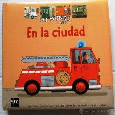 Libros de segunda mano: EN LA CIUDAD. MI MUNDO MINI. EDICIONES SM. MADRID, 2005.. Lote 46695840