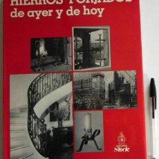 Libros de segunda mano: HIERROS FORJADOS DE AYER Y DE HOY - ED STOCK - FORJA DECORACIÓN REJAS MUEBLES LÁMPARAS ARTE LIBRO CT. Lote 46933940