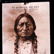 Libros de segunda mano: EN EL CENTRE DEL MON - ELS INDIS DE LES GRANS PLANES D´AMÈRIC DEL NORD - INDIOS AMERICANOS - ILUSTRA. Lote 54270907
