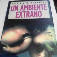 Libros de segunda mano: PATRICIA CORNWELL - UN AMBIENTE EXTRAÑO. Lote 62306516