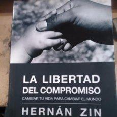 Libros de segunda mano: LA LIBERTAD DEL COMPROMISO. CAMBIAR TU VIDA PARA CAMBIAR EL MUNDO (BARCELONA, 2005). Lote 65341439