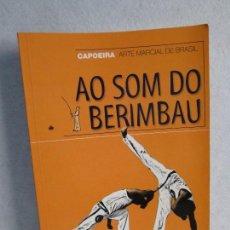 Libros de segunda mano: AO SOM DO BERIMBAU. CAPOIRA. ARTE MARCIAL DE BRASIL. PEDRO J. MARTIN.. Lote 70494869