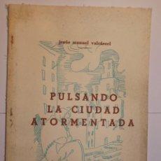 Libros de segunda mano: JESÚS MANUEL VALCÁRCEL. PULSANDO LA CIUDAD ATORMENTADO. LUGO. 1975. . Lote 72926783