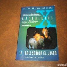 Libros de segunda mano: LIBRITO LA COLECCION EXPEDIENTE X Nº1 LA X SEÑALA EL LUGAR LES MARTIN EDICIONES DEL BRONCE 1996. Lote 75657927
