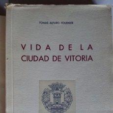 Libros de segunda mano: VIDA DE LA CIUDAD DE VITORIA. TOMÁS ALFARO FOURNIER. MAGISTERIO. 1951. Lote 93695760