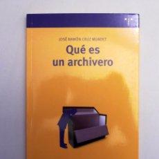 Libros de segunda mano: QUÉ ES UN ARCHIVERO - JOSÉ RAMÓN CRUZ MUNDET - LIBRO SOBRE LA PROFESIÓN DE ARCHIVERO Y CÓMO SERLO. Lote 98167927