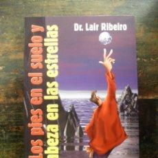 Libros de segunda mano: LOS PIES EN EL SUELO Y LA CABEZA EN LAS ESTRELLAS; LAIR RIBEIRO; 9788479532161; URANO, 1998. Lote 113161659