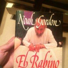 Libros de segunda mano: ANTIGUO LIBRO EL RABINO ESCRITO POR NOAH GORDON AÑO 1992. Lote 113213795