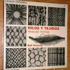 Libros de segunda mano: HILOS Y TEJIDOS: TRABAJOS TEXTILES POR ROLF HARTUNG DE ED. BOURET EN PARÍS 1971. Lote 129509343