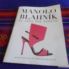 Libros de segunda mano: MANOLO BLAHNÍK, EL ARTE DEL ZAPATO. MUSEO NACIONAL DE ARTES DECORATIVAS. 2017.. Lote 130786648