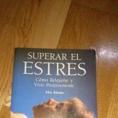Libros de segunda mano: SUPERAR EL ESTRÉS COMO RELAJARSE Y VIVIR POSITIVAMENTE ALIX KIRSTA. Lote 137675392