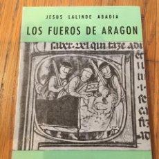 Libros de segunda mano: LOS FUEROS DE ARAGON JESUS LALINDE ABADIA,. Lote 137754022