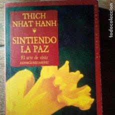 Libros de segunda mano: SINTIENDO LA PAZ - EL ARTE DE VIVIR CONSCIENTEMENTE - THICH NHAT HANH (ENVÍO 2,40€). Lote 142052138
