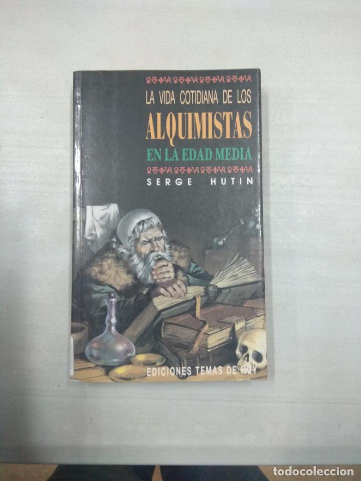 LA VIDA COTIDIANA DE LOS ALQUIMISTAS EN LA EDAD MEDIA (Libros de Segunda Mano - Historia - Otros)